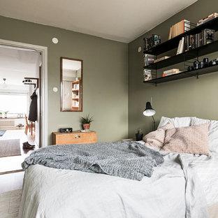 Inspiration för små nordiska sovrum, med gröna väggar, ljust trägolv och beiget golv