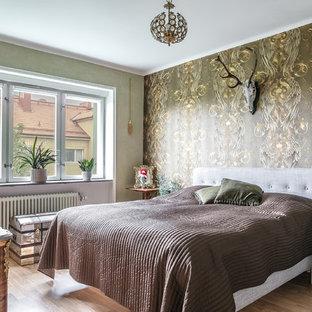 Idéer för att renovera ett eklektiskt sovrum, med flerfärgade väggar och ljust trägolv