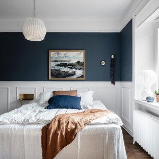 Idéer för att renovera ett litet skandinaviskt huvudsovrum, med blå väggar