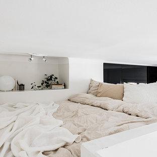 Idéer för ett litet minimalistiskt sovloft, med vita väggar och ljust trägolv