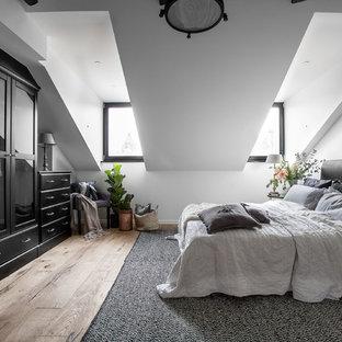 Inspiration för ett stort minimalistiskt huvudsovrum, med vita väggar och ljust trägolv
