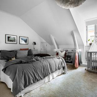 Idéer för ett stort nordiskt huvudsovrum, med vita väggar, heltäckningsmatta och beiget golv