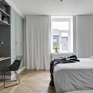 Idéer för stora nordiska huvudsovrum, med grå väggar, ljust trägolv och beiget golv