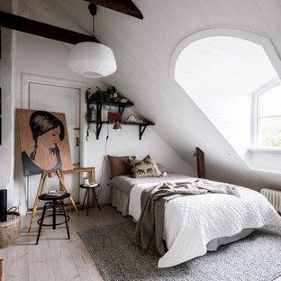 Inspiration för skandinaviska sovrum, med vita väggar, ljust trägolv och beiget golv