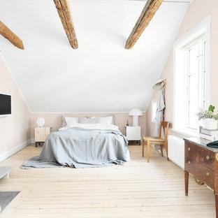 Idéer för stora nordiska huvudsovrum, med beige väggar, ljust trägolv och beiget golv