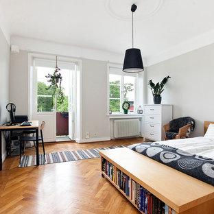 Idéer för ett mellanstort modernt sovrum, med grå väggar och ljust trägolv