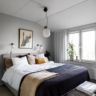 Exempel på ett mellanstort skandinaviskt huvudsovrum, med grå väggar, ljust trägolv och beiget golv