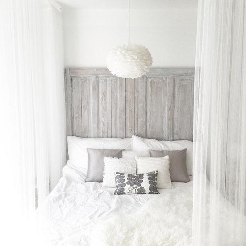 Kleines Country Hauptschlafzimmer Ohne Kamin Mit Weißer Wandfarbe In Örebro