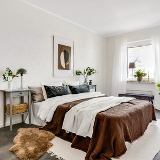Idéer för stora minimalistiska sovrum, med beige väggar, mörkt trägolv och brunt golv
