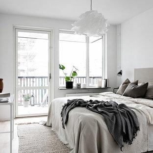 Idéer för ett minimalistiskt sovrum, med grå väggar, ljust trägolv och beiget golv