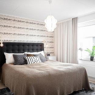 Idéer för ett nordiskt sovrum, med vita väggar, ljust trägolv och beiget golv