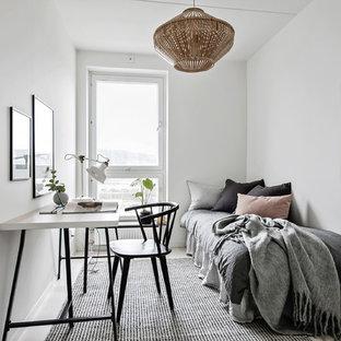 Foto på ett litet skandinaviskt gästrum, med vita väggar