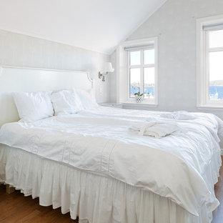 Inspiration för ett mellanstort shabby chic-inspirerat sovrum, med vita väggar och mellanmörkt trägolv