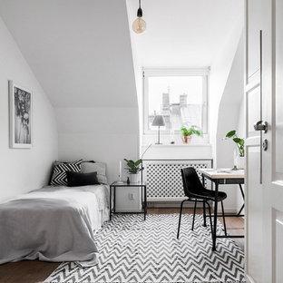 Inspiration för ett nordiskt gästrum, med vita väggar, mellanmörkt trägolv och brunt golv