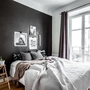 Inspiration för ett mellanstort minimalistiskt huvudsovrum, med svarta väggar och mörkt trägolv