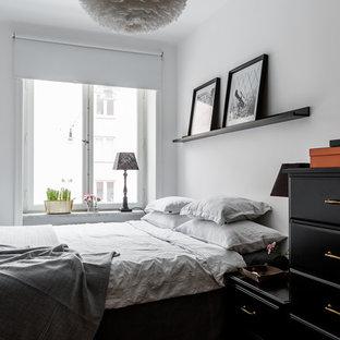 Idéer för att renovera ett litet skandinaviskt huvudsovrum, med vita väggar