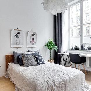 Idee per una camera matrimoniale nordica di medie dimensioni con pareti bianche e parquet chiaro