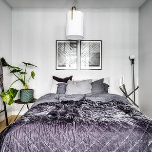 Exempel på ett litet skandinaviskt sovrum, med grå väggar, ljust trägolv och beiget golv