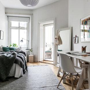 Idéer för att renovera ett skandinaviskt gästrum, med vita väggar, ljust trägolv och beiget golv