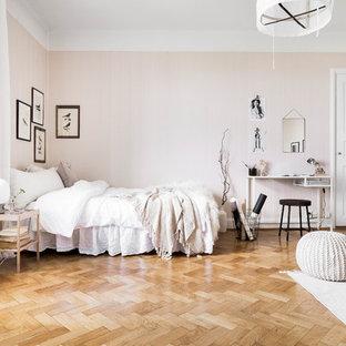Minimalistisk inredning av ett mellanstort sovrum, med rosa väggar och mellanmörkt trägolv