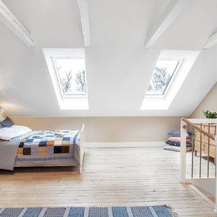 Idéer för mellanstora vintage sovloft, med beige väggar och ljust trägolv