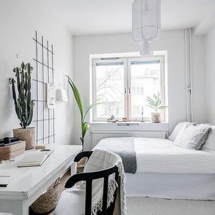 Idéer för nordiska sovrum, med vita väggar, mörkt trägolv och brunt golv