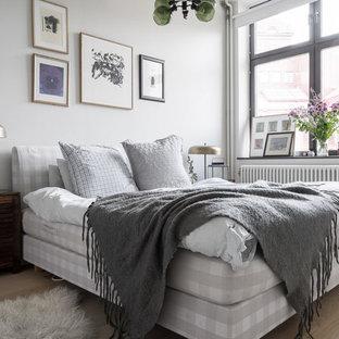 Exempel på ett mellanstort minimalistiskt sovrum, med vita väggar