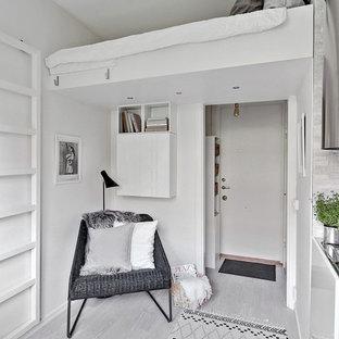 Foto di una camera matrimoniale nordica di medie dimensioni con pareti bianche e pavimento in legno verniciato