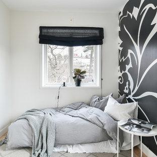 Idéer för ett nordiskt gästrum, med flerfärgade väggar och ljust trägolv