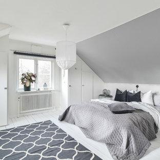 Bild på ett skandinaviskt huvudsovrum, med grå väggar och målat trägolv