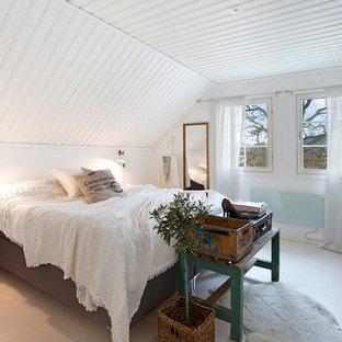 Exempel på ett mellanstort skandinaviskt huvudsovrum, med vita väggar och ljust trägolv
