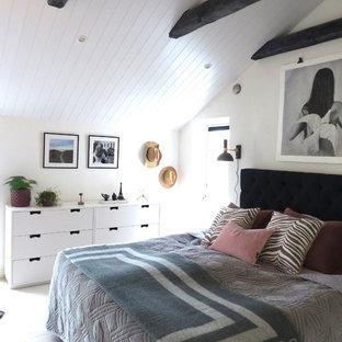 Exempel på ett mellanstort lantligt huvudsovrum, med vita väggar och beiget golv