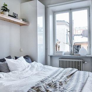 Inspiration för små skandinaviska sovrum, med vita väggar och ljust trägolv