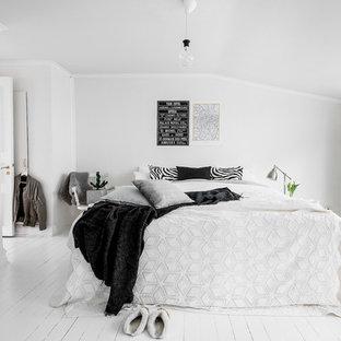 Inspiration för ett mellanstort nordiskt sovrum, med vita väggar och målat trägolv