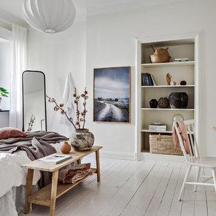 Bild på ett stort minimalistiskt huvudsovrum, med vita väggar, målat trägolv och vitt golv