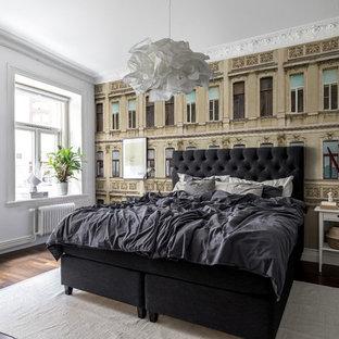 Foto på ett vintage sovrum, med vita väggar, mörkt trägolv och brunt golv