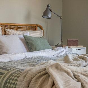 Shabby chic-inspirerad inredning av ett litet huvudsovrum, med beige väggar