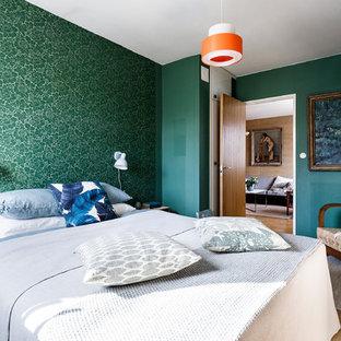 Bild på ett mellanstort retro huvudsovrum, med gröna väggar och beiget golv