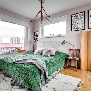Inspiration för ett mellanstort funkis sovrum, med rosa väggar och ljust trägolv