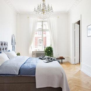 Idéer för ett stort klassiskt sovrum, med vita väggar och ljust trägolv