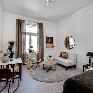 Inspiration för små skandinaviska huvudsovrum, med vita väggar, ljust trägolv och beiget golv