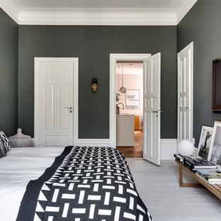 Imagen de dormitorio principal, escandinavo, de tamaño medio, con paredes grises y suelo de madera pintada