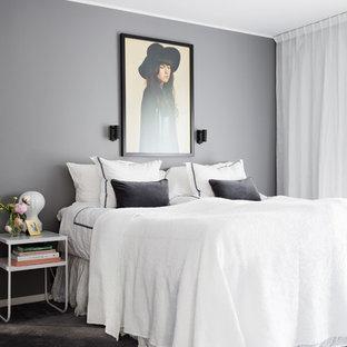 Foto på ett mellanstort vintage sovrum, med grå väggar och heltäckningsmatta