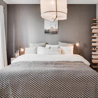 Idéer för ett mellanstort minimalistiskt huvudsovrum, med grå väggar och ljust trägolv