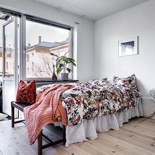Idéer för små minimalistiska huvudsovrum, med vita väggar, ljust trägolv och beiget golv