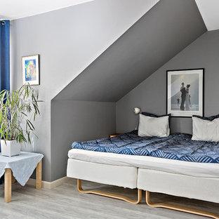 Inspiration för ett nordiskt gästrum, med grå väggar, ljust trägolv och grått golv