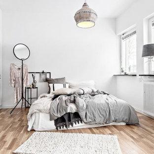 Idéer för mellanstora nordiska huvudsovrum, med vita väggar, beiget golv och ljust trägolv