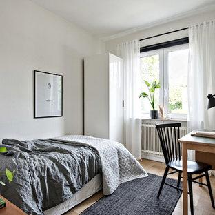 Foto på ett skandinaviskt gästrum, med vita väggar, mellanmörkt trägolv och beiget golv