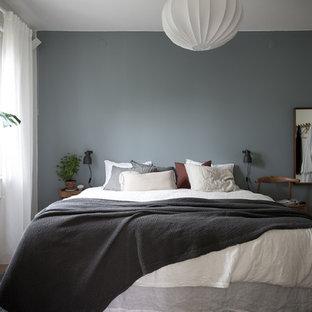 Idéer för ett minimalistiskt huvudsovrum, med vita väggar, mellanmörkt trägolv och beiget golv