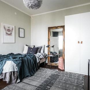 Bild på ett mellanstort minimalistiskt sovrum, med grå väggar och mörkt trägolv